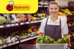 Сотрудник супермаркета Biedronka на выкладку товара