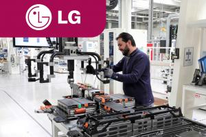 Рабочий на завод LG Enegry