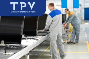 Рабочий на завод TPV по производству телев зоров Philips